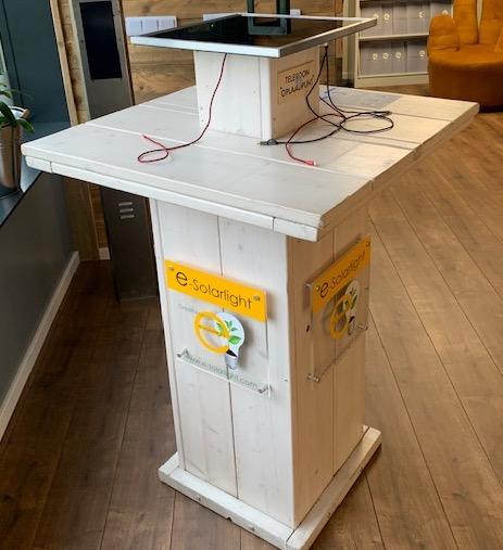 E-Solarlight B.V. - Stehtisch mit integrierter Solarstromanlage und Ladepunkte für mobile Endgeräte